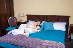 Mom και παιδί που αγκαλιάζουν και που κοιμούνται από κοινού Στοκ εικόνες με δικαίωμα ελεύθερης χρήσης