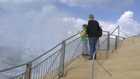 Mom και παιδί που φαίνονται εν πλω όταν υψηλοί παφλασμοί που εμφανίζονται μπροστά από τους απόθεμα βίντεο