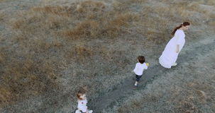 Mom και παιδιά στο θερινό τομέα Παιχνίδια μητέρων με τα παιδιά Μητέρα, γιος και κόρη με τις άριστες ημέρες αδείας παιχνίδια φιλμ μικρού μήκους
