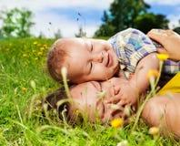 Mom και το μωρό της στη χλόη Στοκ Εικόνα