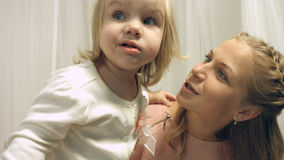 Mom και χαριτωμένα κορίτσια στο κρεβάτι Στοκ φωτογραφίες με δικαίωμα ελεύθερης χρήσης