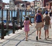 mom και δύο παιδιά που περπατούν στο νησί Murano κοντά στη Βενετία Στοκ Φωτογραφία