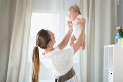 Mom με ένα νεογέννητο μωρό στοκ φωτογραφία με δικαίωμα ελεύθερης χρήσης