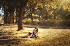 Mom με ένα παιδί σε έναν περίπατο στο δάσος νεράιδων Στοκ εικόνες με δικαίωμα ελεύθερης χρήσης