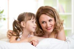 Mom με αντίστροφο να βρεθεί κορών στο κρεβάτι στοκ φωτογραφία με δικαίωμα ελεύθερης χρήσης