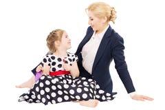 Mom με λίγη κόρη που χαμογελά και που αγκαλιάζει στοκ εικόνες με δικαίωμα ελεύθερης χρήσης