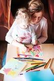 Mom με λίγο σχεδιασμό κορών ζωηρόχρωμες εικόνες που χρησιμοποιούν το penci Στοκ εικόνα με δικαίωμα ελεύθερης χρήσης
