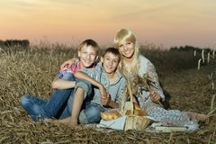 Mom με με τα παιδιά της Στοκ εικόνες με δικαίωμα ελεύθερης χρήσης