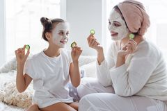 Mom με την κόρη της που κάνει τη μάσκα προσώπου αργίλου στοκ εικόνα