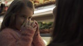 Mom με την κόρη της στο κατάστημα απόθεμα βίντεο