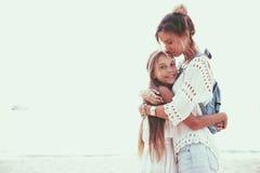 Mom με την κόρη Στοκ φωτογραφία με δικαίωμα ελεύθερης χρήσης