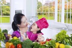 Mom με τους μάγειρες κορών στην κουζίνα στοκ φωτογραφία με δικαίωμα ελεύθερης χρήσης