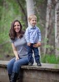 Mom με το αγόρι μικρών παιδιών Στοκ Φωτογραφίες