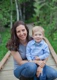 Mom με το αγόρι μικρών παιδιών Στοκ Φωτογραφία