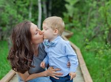 Mom με το αγόρι μικρών παιδιών Στοκ εικόνα με δικαίωμα ελεύθερης χρήσης