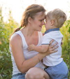 Mom με το παιδί το καλοκαίρι στοκ εικόνα με δικαίωμα ελεύθερης χρήσης