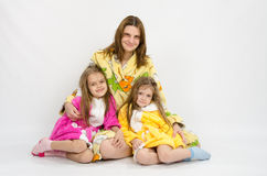 Mom με δύο κόρες στα μπουρνούζια Στοκ φωτογραφία με δικαίωμα ελεύθερης χρήσης