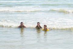 Mom, μπαμπάς και γιος που κολυμπούν στη θάλασσα τη θερμή ηλιόλουστη ημέρα Φτερά νερού αγοριών iin Στοκ Φωτογραφία