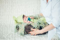 Mom που βάζει το μωρό στον ύπνο Στοκ Εικόνες