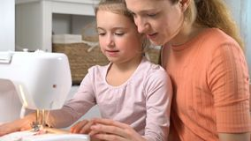 Mom που διδάσκει της λίγη κόρη για να ράψει να χρησιμοποιήσει μια ράβοντ απόθεμα βίντεο