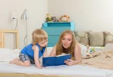 Mom που διαβάζει έναν γιο βιβλίων στοκ φωτογραφία με δικαίωμα ελεύθερης χρήσης