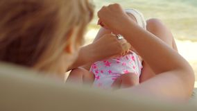 Mom που κάνει την άσκηση με το μωρό υπαίθριο απόθεμα βίντεο