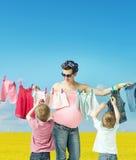 Mom που κάνει το πλυντήριο με τους γιους Στοκ Εικόνα