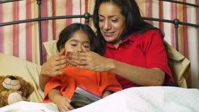 Mom που παίζει τη itsy bitsy αράχνη με το μικρό κορίτσι της απόθεμα βίντεο
