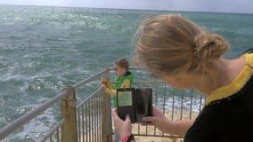 Mom που παίρνει τη φωτογραφία κυττάρων του κοιτάγματος παιδιών εν πλω Rosh Hanikra απόθεμα βίντεο