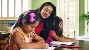 Mom που προσέχει το χρωματισμό δύο παιδιών της απόθεμα βίντεο