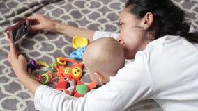 Παιχνίδια Mom με το μωρό απόθεμα βίντεο