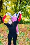 Ευτυχές κορίτσι mom και παιδιών που αγκαλιάζει στη φύση στην πτώση Η έννοια της παιδικής ηλικίας και της οικογένειας Στοκ Φωτογραφίες
