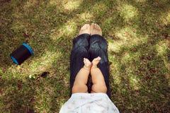 Λίγη συνεδρίαση μικρών παιδιών μωρών στα γόνατα Mom στο πάρκο Στοκ φωτογραφίες με δικαίωμα ελεύθερης χρήσης