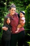 Το Mom κρατά τα χαριτωμένα παιδιά Στοκ Φωτογραφία