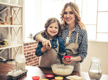 Mom and daughter baking Royalty Free Stock Photos