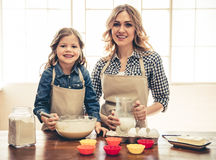 Mom and daughter baking Royalty Free Stock Images