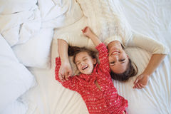 Mom with daughter in the bed Royalty Free Stock Photos