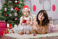 Mom and daughter decorating Christmas tree Royalty Free Stock Photos