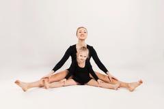 Mom and daughter do gymnastics Royalty Free Stock Photos