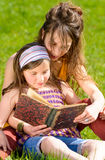 Mom and daughter reading a book Royalty Free Stock Images