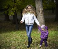 Mom and daughter running in the park Royalty Free Stock Photography