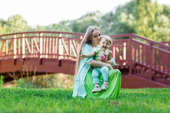 Mom hugs small daughter in Park Royalty Free Stock Images