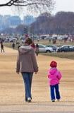Mom med dottern fotografering för bildbyråer