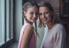 Mom och dotter royaltyfria bilder