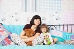 Mom och dotter i pajamas Royaltyfri Foto