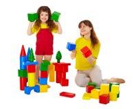 Mom och dotter som leker med block Arkivbild