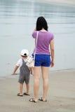 Mom och son som leker på strand Arkivfoton