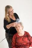 mom s för torkande hår Arkivbild