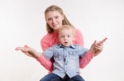 Mom sat holding hands with his son Royalty Free Stock Photos