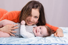 Mom and seven-month baby lying on couch fun Royalty Free Stock Photos